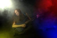 Estrela do rock fêmea que joga a guitarra Imagem de Stock