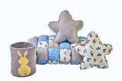 A estrela dois cinco-aguçado deu forma a descansos, cobertor dos retalhos e fez malha a cesta com coelho amarelo no fundo branco Imagens de Stock Royalty Free