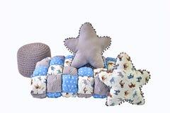 A estrela dois cinco-aguçado deu forma a descansos, cobertor dos retalhos e fez malha o tamborete acolchoado no fundo branco Foto de Stock