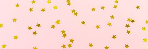 A estrela dourada polvilha no rosa Fundo festivo do feriado celebridade Fotos de Stock