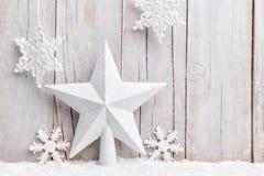 Estrela e flocos de neve do Natal com neve Imagens de Stock Royalty Free