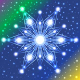 Estrela luminosa com luzes em seus raios no fundo violeta, verde, azul e amarelo do inclinação com abundância dos sparkles Fotos de Stock Royalty Free