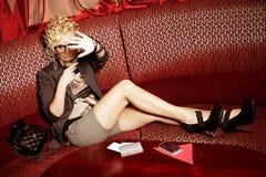 Estrela mundial glamoroso que esconde dos paparazzi Foto de Stock Royalty Free