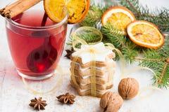 A estrela nuts da manteiga caseiro deu forma a cookies com crosta de gelo, pinho, fatias alaranjadas, canela, anis, nozes e a fit Fotografia de Stock