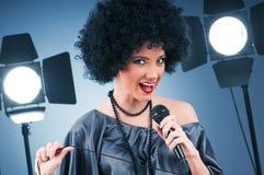 Estrela pop que canta a canção Fotografia de Stock Royalty Free