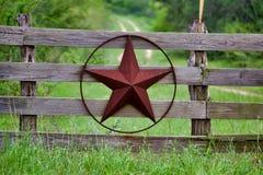 Estrela rústica de Texas na cerca de madeira do lado do campo, com a estrada à casa que dissolve-se lentamente no fundo ilustração do vetor