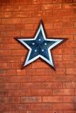 Estrela referente à cultura norte-americana rústica na parede de tijolo resistida Fotos de Stock Royalty Free