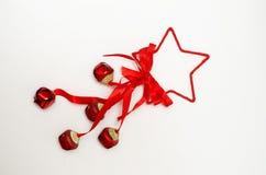 estrela vermelha com fitas e sinos no fundo branco fotografia de stock royalty free
