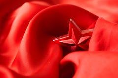 Estrela vermelha do Natal, envolvida no pano Imagem de Stock