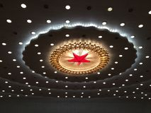 Estrela vermelha e iluminação no teto do grande salão dos povos no Pequim fotos de stock royalty free