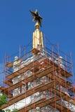 Estrela vermelha na construção que está sendo restaurada Foto de Stock
