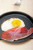 Estrelado do ovo com o presunto italiano da salpicadura Imagem de Stock