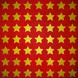 Estrelas brilhantes extravagantes do ouro no projeto vermelho textured do fundo Fotografia de Stock Royalty Free