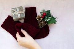 Estrelas, caixa de presente, ramo de árvore do Natal e decorações dourados em claro - fundo textured cor-de-rosa fotografia de stock royalty free