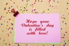estrelas, corações e luas sparlking coloridos no papel cor-de-rosa e no fundo amarelo Espere que seu dia do Valentim s está enchi Fotografia de Stock