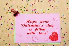 estrelas, corações e luas sparlking coloridos no papel cor-de-rosa e no fundo amarelo Espere que seu dia do Valentim s está enchi Imagem de Stock Royalty Free