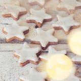 Estrelas da canela no fundo de madeira imagem de stock