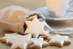 Estrelas da canela que caem para fora um saco pequeno Fotos de Stock