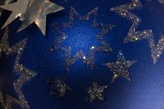 Estrelas de prata no fundo azul Fotos de Stock Royalty Free