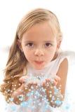 Estrelas de sopro da menina de suas palmas Fotografia de Stock