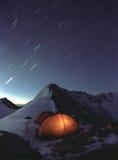 Estrelas de tiro sobre as montanhas, Imagem de Stock