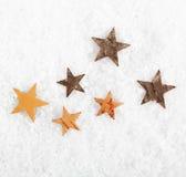 Estrelas dispersadas na neve do inverno Fotografia de Stock