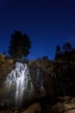 Estrelas do céu noturno da rocha da cachoeira Foto de Stock Royalty Free