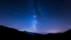 Estrelas do céu noturno Via Látea Fundo da montanha Fotos de Stock Royalty Free