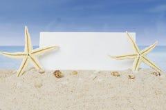 Estrelas do mar e bandeira na praia Imagens de Stock Royalty Free