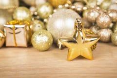 Estrelas do Natal na superfície da madeira Fotografia de Stock Royalty Free