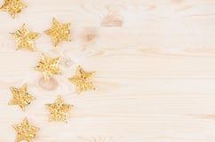 Estrelas do ouro no fundo de madeira bege macio Vista superior, espaço da cópia Fotografia de Stock