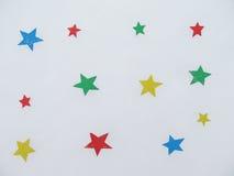 Estrelas do papel colorido na neve Imagens de Stock Royalty Free
