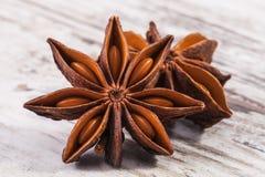 Estrelas do verum secado do Illicium do anis na prancha de madeira Imagens de Stock