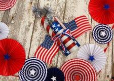 Estrelas e bandeiras da listra e trabalhos do fogo e pensionistas do círculo em um fundo branco rústico Imagem de Stock
