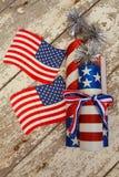 Estrelas e bandeiras da listra e trabalhos verticais s do fogo em um fundo branco rústico Imagem de Stock Royalty Free