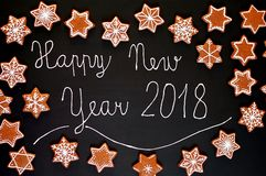 Estrelas e flocos de neve das cookies do Natal do pão-de-espécie com crosta de gelo branca com ano novo feliz 2018 do texto no fu Imagens de Stock