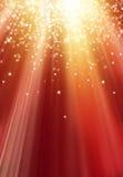 Estrelas e flocos de neve no fundo dourado vermelho Imagens de Stock