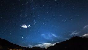 Estrelas e lua de Timelapse no céu noturno da montanha moonrise