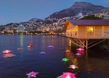 Estrelas iluminadas no lago geneva no tempo do Natal Vista romântica de Montreux no por do sol fotografia de stock royalty free