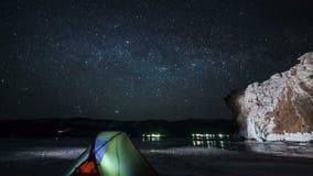 Estrelas moventes acima da barraca no lapso da noite vídeos de arquivo