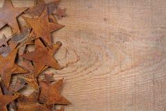Estrelas oxidadas em um fundo de madeira Fotografia de Stock