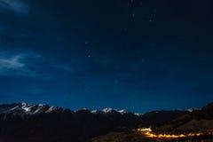 Estrelas sobre montanhas nevado em Áustria foto de stock royalty free