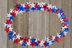 Estrelas vermelhas, brancas e azuis dos EUA no fundo da madeira do tempo Foto de Stock Royalty Free