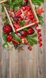 Estrelas vermelhas das decorações do Natal, quinquilharias, fitas Ornam do vintage Fotos de Stock