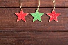 Estrelas vermelhas e verdes no fundo de madeira Imagens de Stock