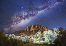 Estrelas & Via Látea sobre montanhas da superstição no Arizona