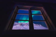Estrella ártica polar del cielo de los borealis del snowscooter de la aurora de la aurora boreal en Noruega Svalbard en Longyearb imágenes de archivo libres de regalías