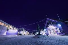 Estrella ártica polar del cielo de los borealis del snowscooter de la aurora de la aurora boreal en Noruega Svalbard en Longyearb imagen de archivo libre de regalías