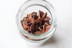 Estrella Anise Spice Fruits y semillas en un tarro imagenes de archivo