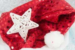 Estrella blanca en el sombrero brillante de Papá Noel Imágenes de archivo libres de regalías